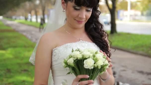 gyönyörű menyasszony egy esküvői csokor