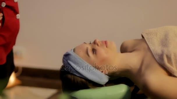 dívka se těší na masáž v lázních. Ájurvédské léčebné masáže