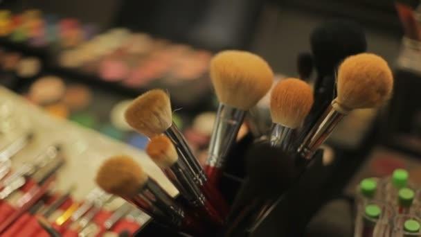 Profesionální kosmetika v salonu make-up artist. kosmetické štětce detail