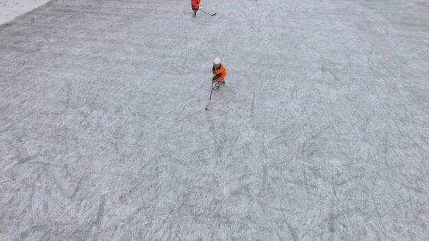 Letecký pohled na muže hrát hokej na zamrzlém jezeře v městském parku. Lední hokej. Zimní aktivity. Zimní hra
