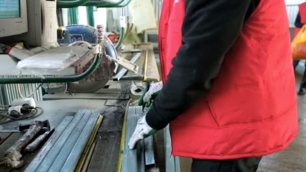 Plastová okna. Pracovní řezání Pvc profil s kruhovou Saw.Pvc okna a dveře, výroba
