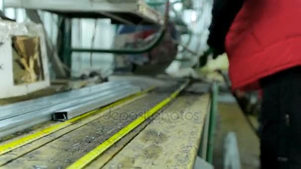 Dělníci v dílně. Výroba plastových oken