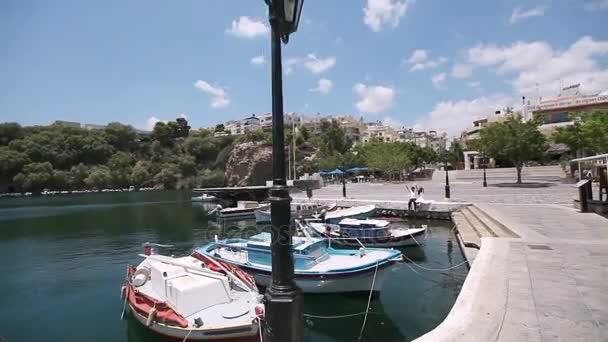 Nászút, Görögország. Ifjú szórakoznak.