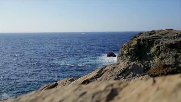 krásný majestátní krajinu s skalnaté pobřeží a vysokých útesů v modré moře, Řecko