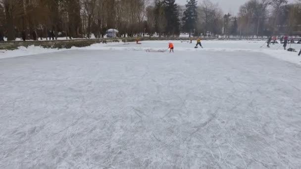 Hokejový zápas na zamrzlém jezeře. Zimní sport. části těla