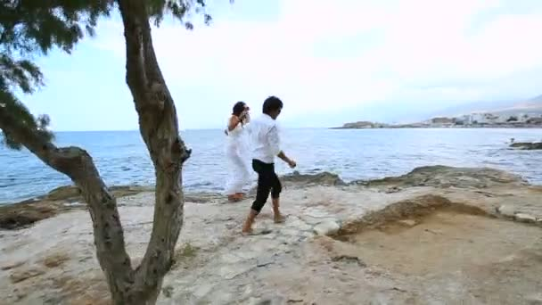 Šťastní novomanželé na pláži