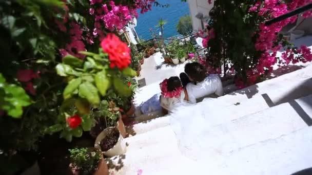 Šťastná nevěsta a ženich na pozadí květin. Svatební den.