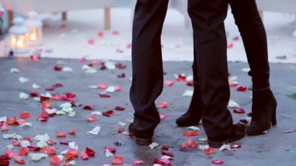 Šťastný muž s ženu, všeobjímající a tančí v parku, Romantický Datum koncept