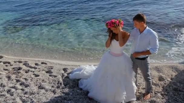 Menyasszony és a vőlegény az esküvő napján a tengernél