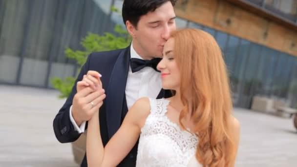 svatba. Ženich a nevěsta jsou v lásku a něhu. Georgia Kazbegi