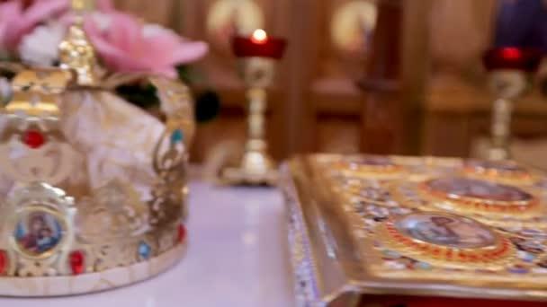 Esküvői koronák és a házasság egyházi attribútumok. Közeli kép: