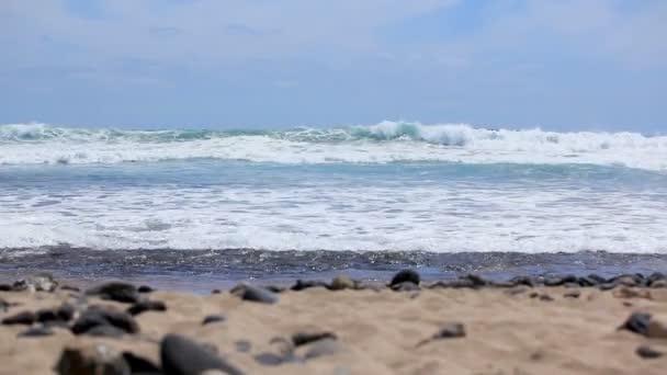 Az Atlanti-óceán kék hullámai száguldanak a part felé egy tiszta, napos napon. Tenerife Kanári-szigetek Spanyolország