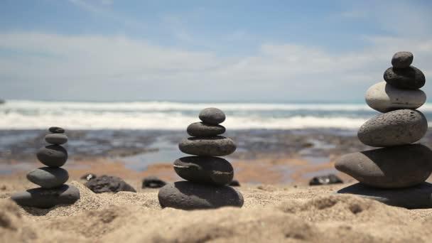 Cairn na mořské pláži. Vyrovnané kameny. koncept vyvážení