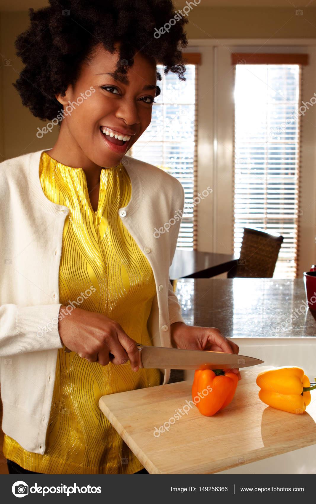 Donna afro-americana in cucina — Foto Stock © pixelheadphoto #149256366