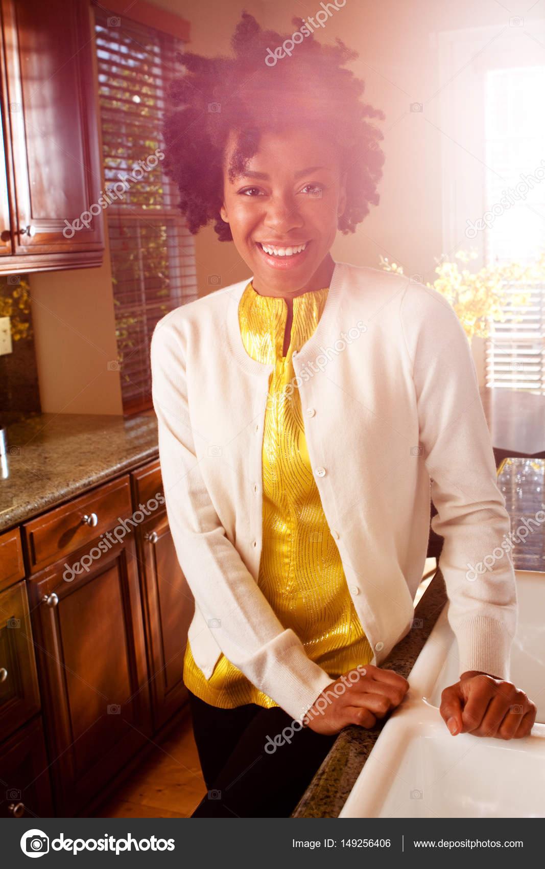 Donna afro-americana in piedi in cucina — Foto Stock ...