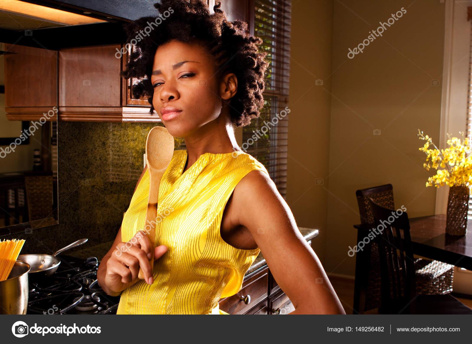 Donna afro-americana in cucina — Foto Stock © pixelheadphoto #149256482