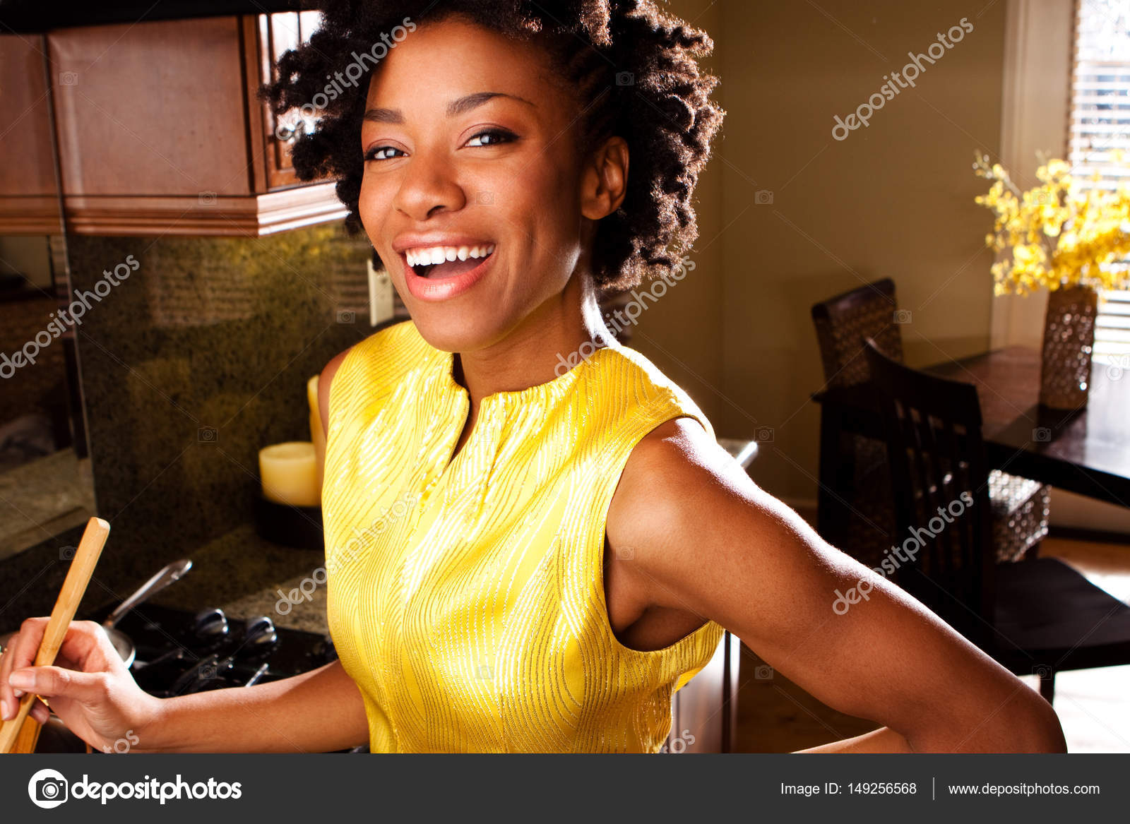 Donna afro-americana in cucina — Foto Stock © pixelheadphoto #149256568