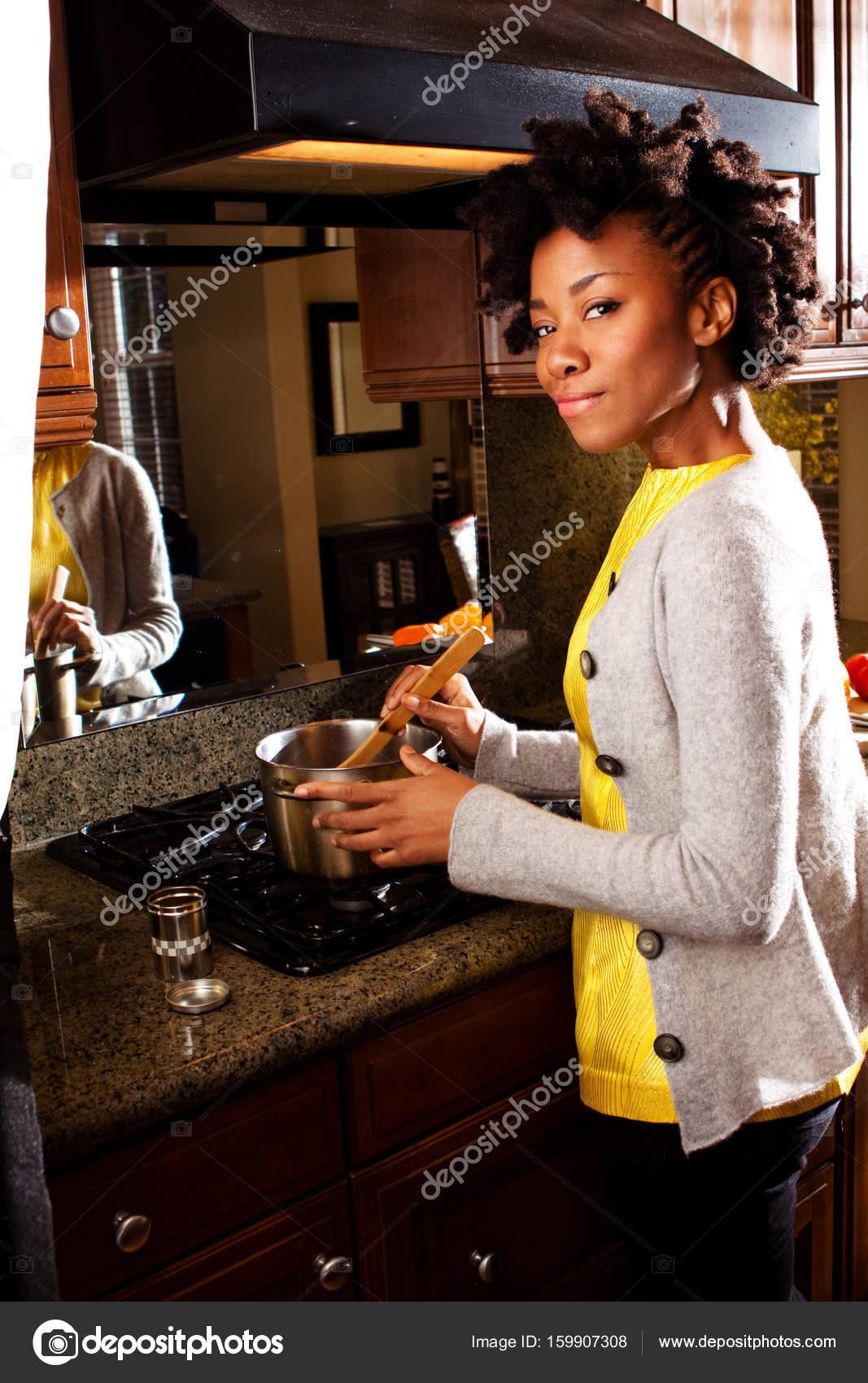 Donna afro-americana in cucina — Foto Stock © pixelheadphoto #159907308