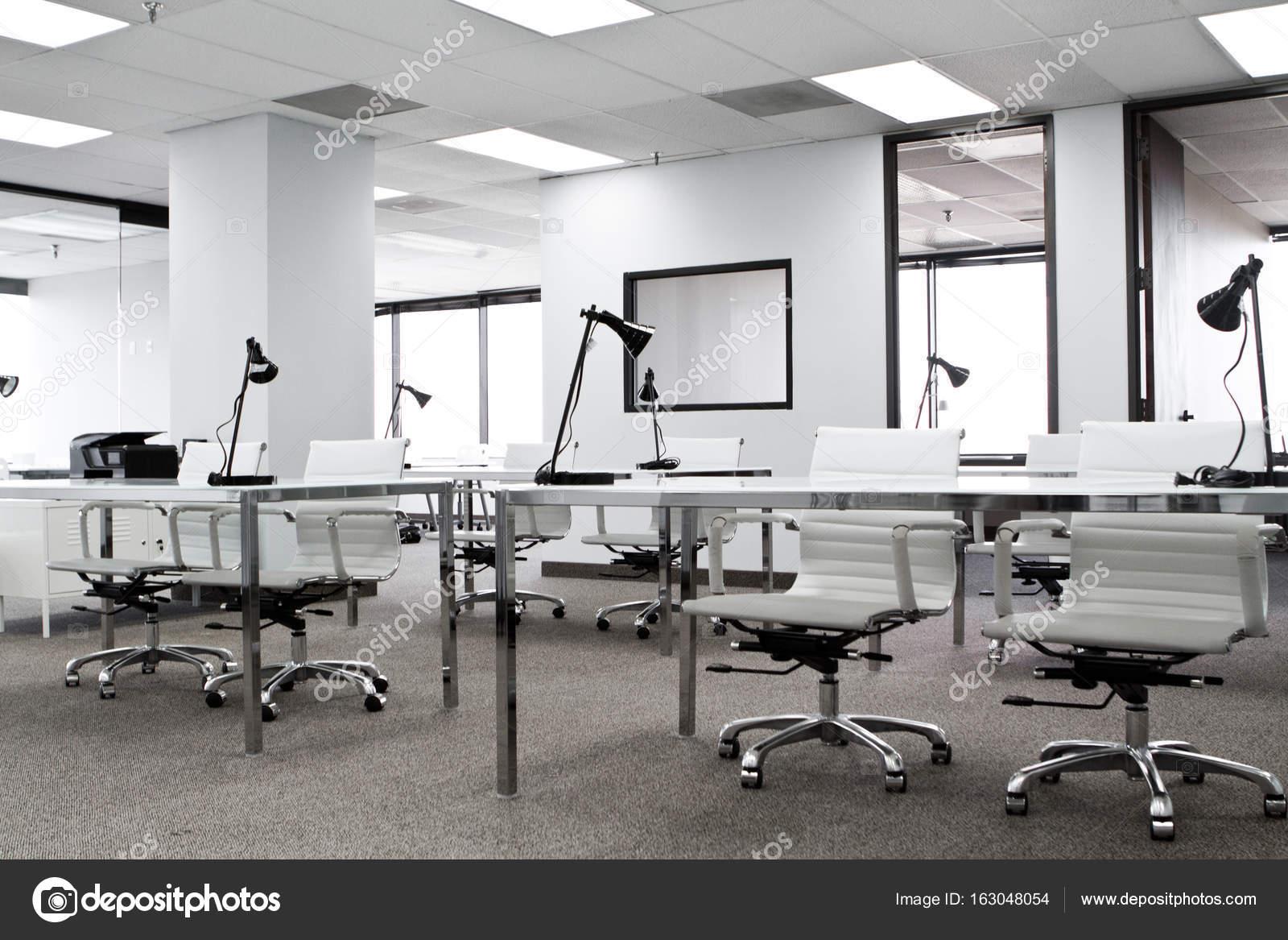 Moderne Büro-Raum mit weißen Wänden — Stockfoto © pixelheadphoto ...
