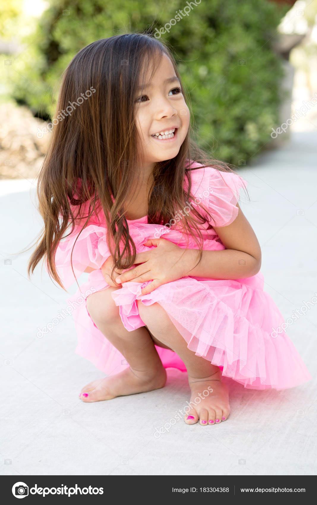 Niedliche kleine Mädchen als Fee verkleidet — Stockfoto ...