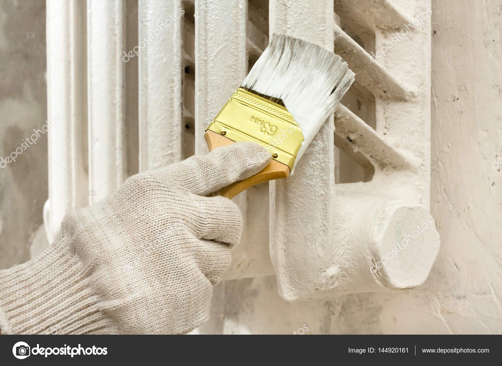 Hand im Handschuh malen Heizkörper der Zentralheizung — Stockfoto ...
