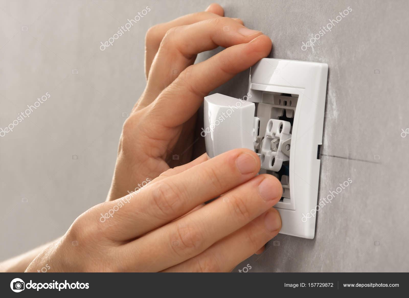 Händen der Elektriker Installation Lichtschalter — Stockfoto ...
