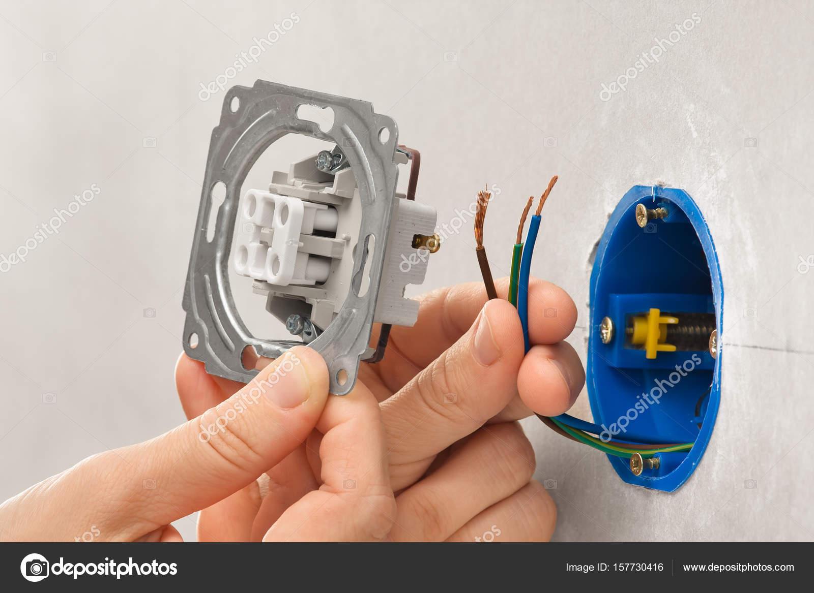 Händen der Elektriker Installation Lichtschalter in Gipskarton wal ...