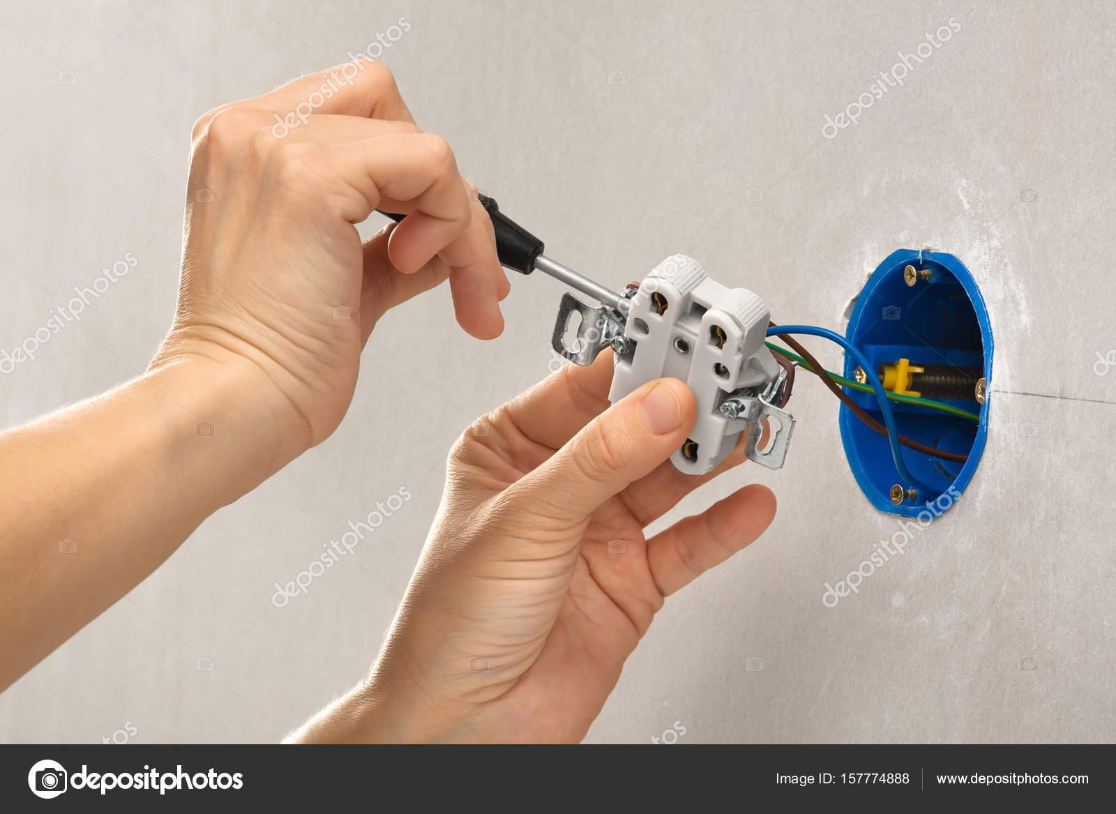 Hände mit Schraubendreher Installation elektrische Steckdose ...
