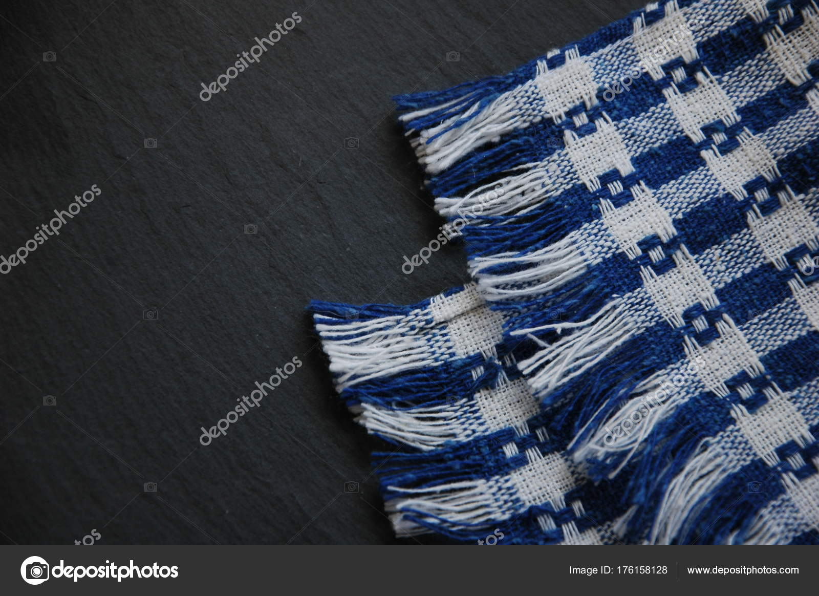 Eine Blaue Küchentuch Auf Schwarzem Hintergrund — Stockfoto ...