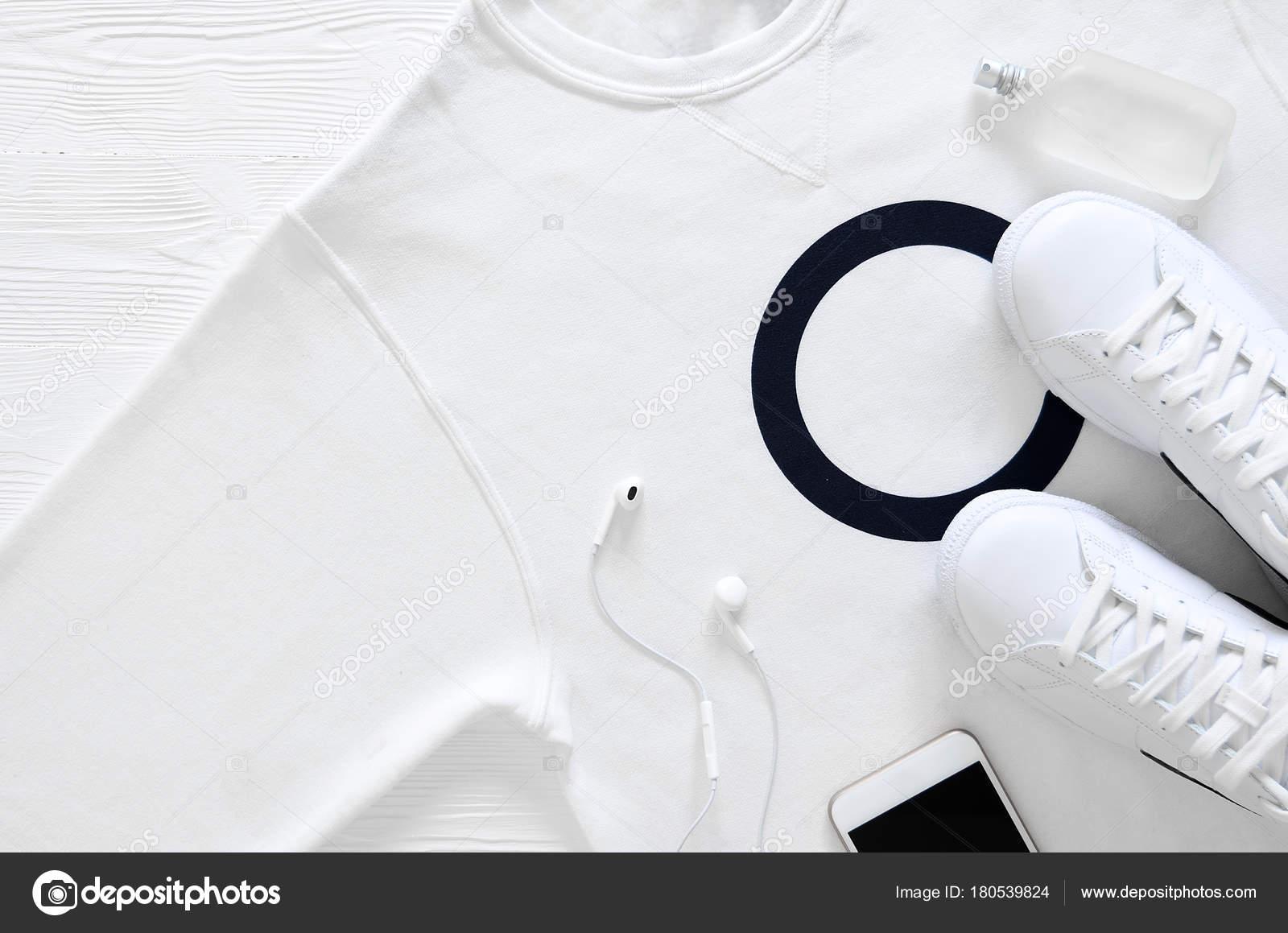 d5cf6109ab60 Branco moda feminina, roupas, sapatos, acessórios (couro branco —  Fotografia de Stock