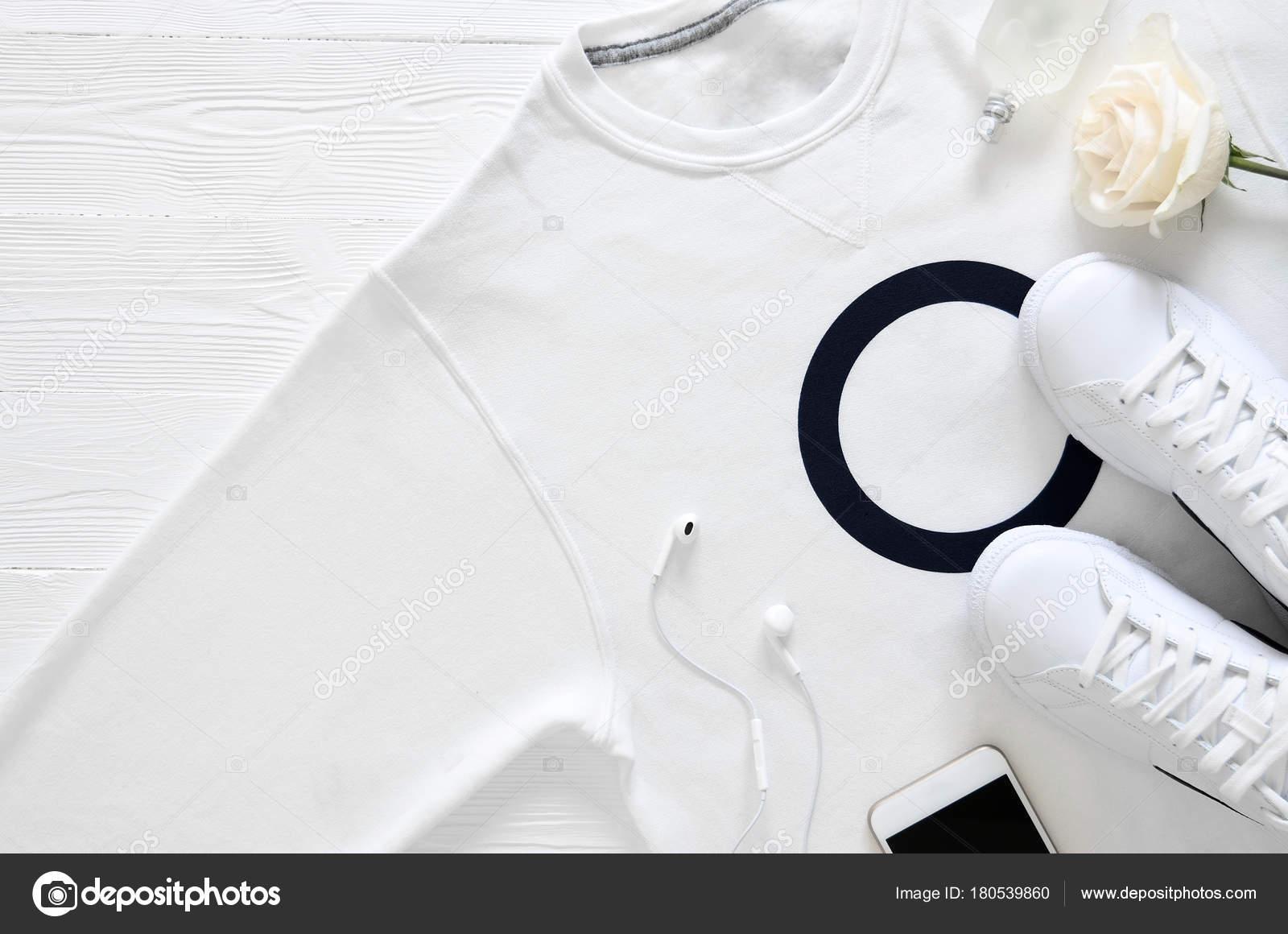 Мужская мода белый одежда, обувь, аксессуары (белые кожаные кроссовки,  толстовки, наушники, духи, цветы. Понятие моды. Вид сверху, заложить  квартиру. aa402731e14