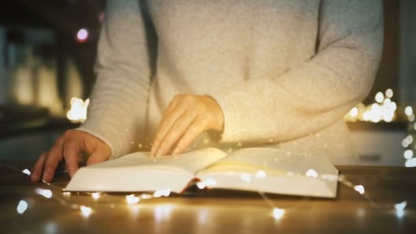 la donna sta leggendo un libro magico. concetto di Natale
