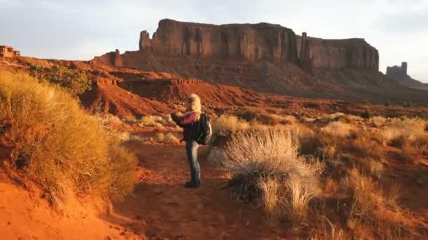 Žena v Monument Valley fotografování se smartphonem.