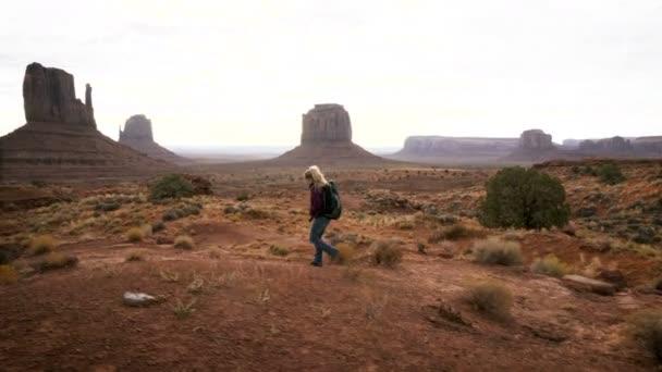 Žena v Monument Valley s červenými skálami přehled.