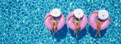 Fotografie ženy plavat na plováku v bazénu. 3D vykreslování