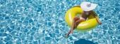 Žena, plavat na plováku v bazénu. 3D vykreslování