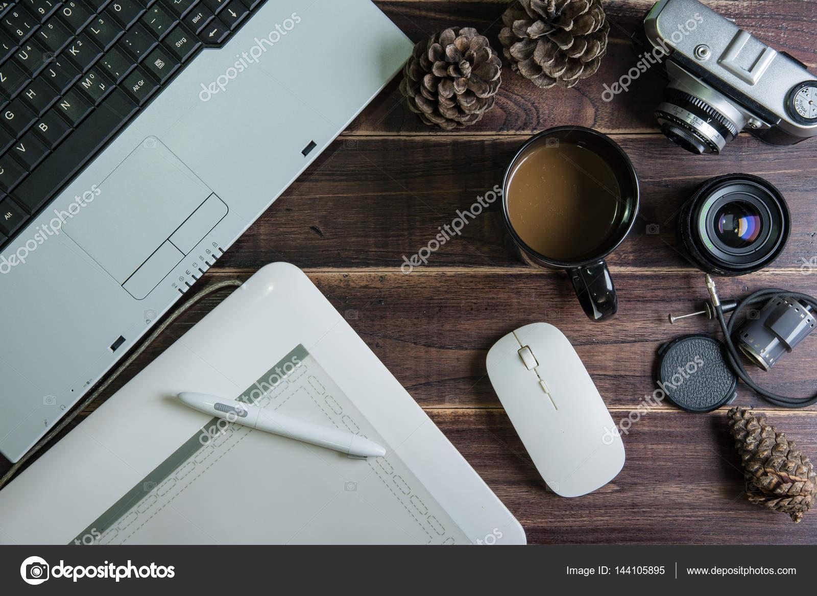 Vue de dessus de bureau trucs graphisme pen tapis de souris avec