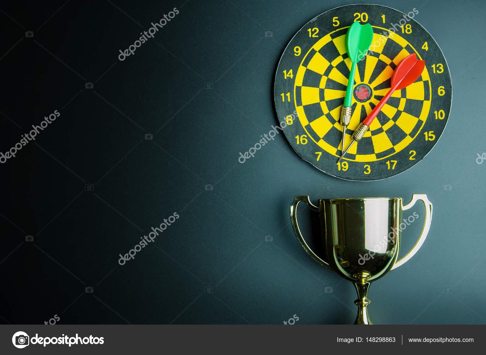 Trofeo de oro, dardos con entrepierna aislada sobre negro fondo wi ...
