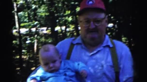 muži a ženy držící děti