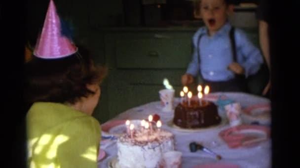 Boy sfoukl svíčky