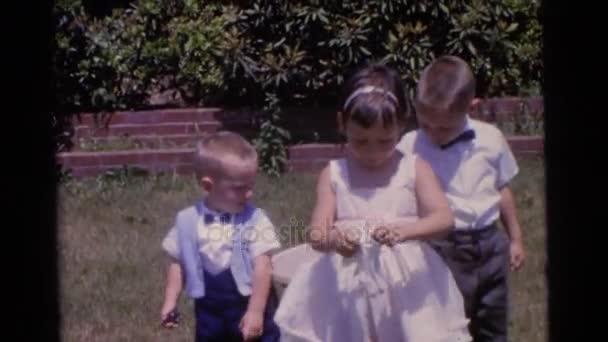 děvče a chlapce, kteří stáli v zahradě