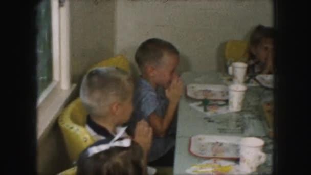 malé děti se modlí