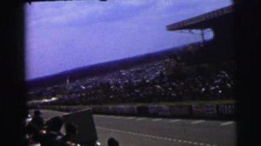people watching Auto racing
