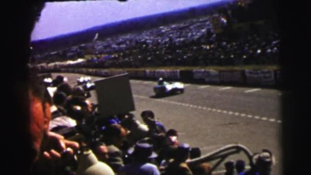ember nézi az autóversenyzés