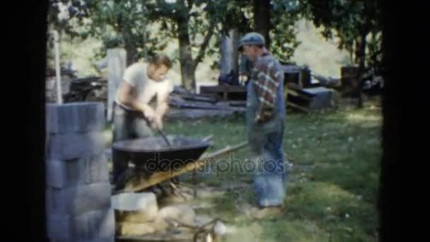 muži pracují na staveništi