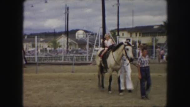 děti jezdící koně
