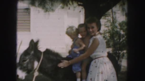 děti s matkou pořízení fotografie Osla