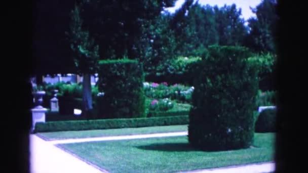 zahrada se stromy a keře