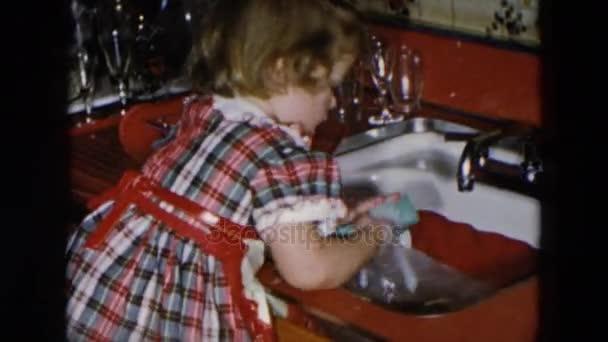 Kis lány mosogatás