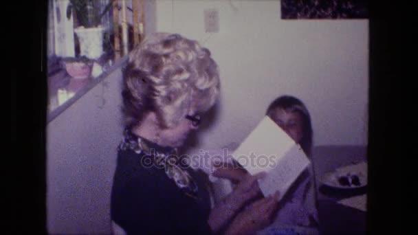 žena s holkou otevření karty dárek k narozeninám